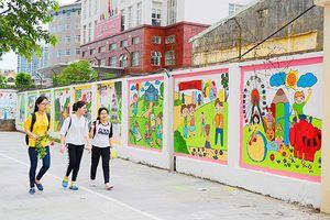 Ngắm đoạn đường bích họa rực rỡ màu sắc ở Mỗ Lao