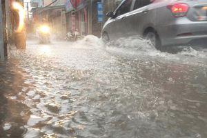 Mưa lớn ở Hà Nội, cảnh báo ngập lụt nhiều tuyến phố