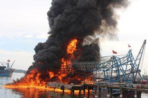 Tàu câu mực tại Quảng Nam bị cháy rụi, thiệt hại 10 tỷ đồng