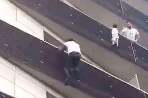 Cứu cháu bé lơ lửng trên tầng 4, 'người nhện' Mali được Tổng thống Pháp cấp quyền công dân