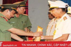 Công an Hà Tĩnh công bố quyết định thăng cấp bậc hàm, nâng lương cho CBCS