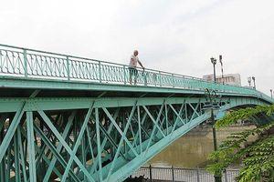 Từ cầu Mống đến cầu tình yêu