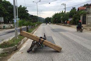 Kon Tum: Vận chuyển gỗ bằng xe máy, một thanh niên bị đè chết