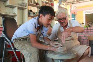 Chuyện ông Tây tốt bụng giúp người khuyết tật từ niềm đam mê gốm