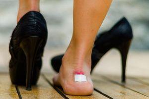Đi giày cao gót thường xuyên có thể bị... liệt, giảm khả năng sinh con