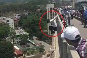 Clip: Cứu nam thanh niên đòi nhảy cầu Bãi Cháy tự tử