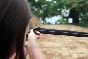 Phụ nữ Thái thi bắn nỏ, tung còn tại lễ hội lớn nhất miền Tây xứ Nghệ