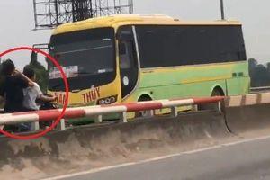 Clip: Thách thức 'thần chết', 2 cô gái phóng xe ngược chiều trên cao tốc