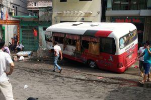 Xe khách mất phanh lao dốc ở Cát Bà, 10 người bị thương