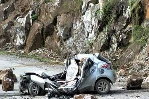 Đá lăn đè nát ô tô 4 chỗ, 1 người tử vong ở Lai Châu