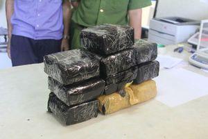 Cảnh sát bắn chỉ thiên để bắt giữ 2 đối tượng vận chuyển ma túy