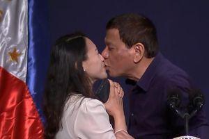 Tổng thống Duterte gây phẫn nộ với hành động hôn môi nữ khán giả