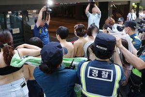 Một nhóm phụ nữ Hàn Quốc để ngực trần biểu tình phản đối Facebook