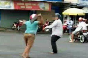 Người phụ nữ bị tâm thần cầm dao gây náo loạn đường phố