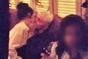 Kendall Jenner bị chỉ trích lăng nhăng khi hôn em trai Gigi Hadid