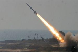 Houthi bất ngờ đánh tàu Saudi bằng tên lửa đối đất