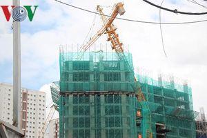 Cẩu tháp xây dựng gãy ngang đe dọa tính mạng nhiều hộ dân ở TP HCM