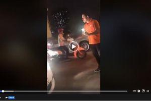 Bất ngờ với xử sự của người đi xe máy khi bị ô tô đâm