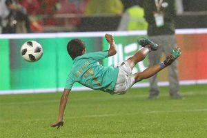 Ronaldo giúp con trai thể hiện kỹ năng chơi bóng tuyệt vời