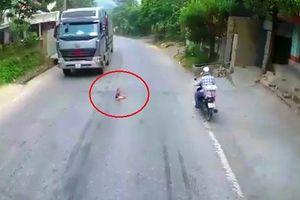 Xem video tài xế container phanh gấp cứu cháu bé 2 tuổi bò lổm ngổm giữa đường