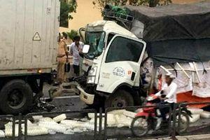 Ôtô tải tông xe container đỗ bên đường, phụ lái chết kẹt trong cabin