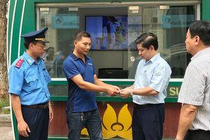 Nhốt xe, xử phạt tài xế taxi 'chặt chém' du khách ở Hà Nội