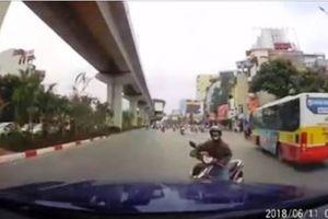Bức xúc nữ 'ninja' đột ngột quay đầu, tài xế xe con hốt hoảng