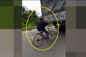 Clip: Bất chấp nguy hiểm, nam thanh niên vừa lái xe đạp vừa… đu theo xe tải