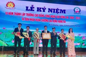 Trường Cao đẳng công nghệ cao Đồng An đón nhận Huân chương lao động hạng Ba