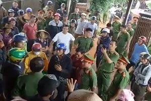 Đắk Lắk: Chồng đóng cửa cố thủ trốn lệnh áp giải, vợ hất nước bẩn vào công an