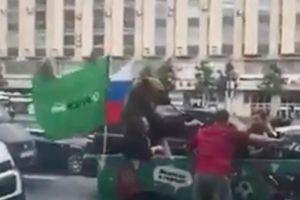'Sốc' hình ảnh gấu Nga ngồi xe jeep, thổi kèn vuvuzela ăn mừng World Cup