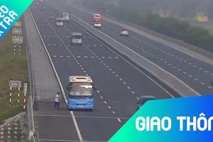 Xe khách vô tư bắt khách trên cao tốc, bất chấp nguy hiểm