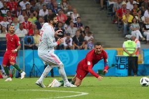 Pique: 'Ronaldo giỏi nhất là té ngã'
