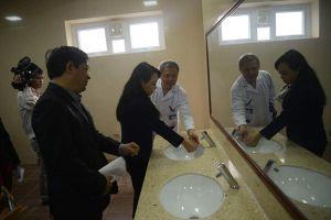 Nhà vệ sinh trong bệnh viện: 'Chuyện nhỏ' mà không nhỏ