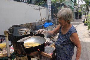 Cụ bà 81 tuổi bán chuối chiên hết mực chăm chồng bại liệt, người người cảm động