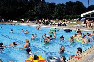 Nguy cơ nhiễm bệnh từ các bể bơi công cộng