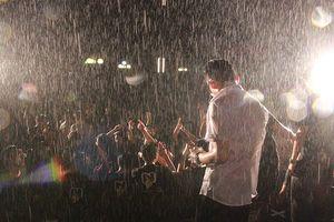 Bất chấp mưa lớn, hàng nghìn sinh viên vẫn 'cháy' hết mình trong đêm chia tay khóa cuối trường NEU
