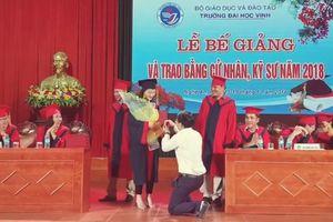 Giảng viên cầu hôn nữ sinh viên trong lễ nhận bằng tốt nghiệp