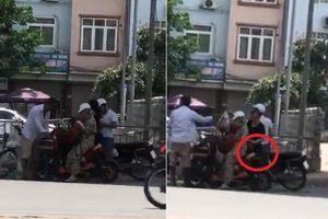 Tóm 'sống' người phụ nữ móc túi nhanh như chớp trên đường Láng - Hà Nội