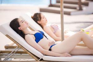 Người đẹp Hoa hậu Việt Nam 2018 diện bikini tắm nắng trên bãi biển