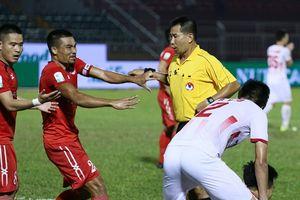 Thẻ đỏ và panenka kéo đội bóng của Miura xuống sát đáy BXH V.League
