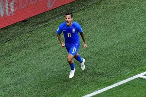 HLV Brazil ngã sấp mặt khi mừng Coutinho ghi bàn