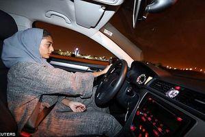 Hình ảnh phụ nữ Ả-rập Xê-út vui mừng lái xe giữa đêm