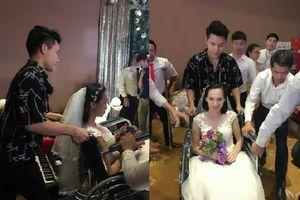 Quán quân 'Thần tượng Bolero' Nguyễn Duy Cường rưng rưng nước mắt chứng kiến đám cưới của hơn 40 cặp đôi khuyết tật
