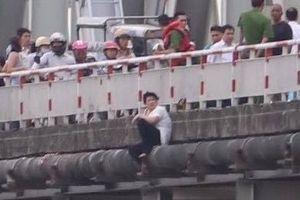 Giải cứu người phụ nữ ngồi vắt vẻo trên cầu đòi tự tử