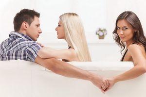 Chồng cai hẳn ngoại tình sau một lần chứng kiến vợ sề đứng trước gương