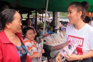 Ê-kíp 'Gạo nếp, gạo tẻ' bị chỉ trích rẻ tiền khi quảng bá phim ở chợ, Lê Phương lên tiếng