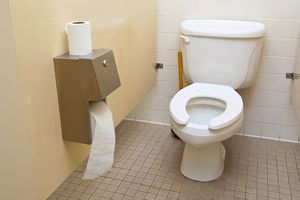 Thực hư nỗi sợ lây bệnh từ nhà vệ sinh công cộng