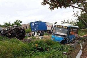 Kì lạ xe khách, xe con bay khỏi đường, 2 người chết