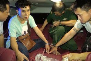 Bắt 2 sinh viên Lào vận chuyển 15 bánh cần sa và 200 viên hồng phiến vào Việt Nam tiêu thụ